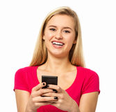 KvinnatextMessaging till och med den smarta telefonen Royaltyfria Bilder