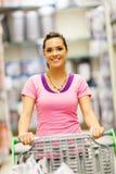 Kvinnatrolleysupermarket Arkivbilder