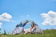 Kvinnaturist i campa i morgonen arkivbild