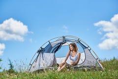Kvinnaturist i campa i morgonen royaltyfria bilder