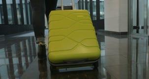 Kvinnaturist med resväskan som ankommer i hotellet