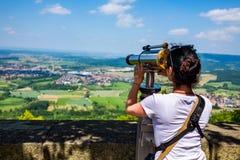 Kvinnaturist på observationsdäcket som beskådar den plattformHohenzollern slotten, Tyskland royaltyfria bilder