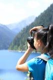 Kvinnaturist/photographe r som tar fotoet Fotografering för Bildbyråer