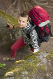 Kvinnaturisten är mellan stenarna som ser kameran Fotografering för Bildbyråer