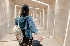 Kvinnaturisten beundrar sikten royaltyfri fotografi