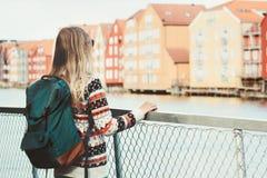 Kvinnaturisten med den gröna ryggsäcksightTrondheim staden i Norge semestrar tillbringar veckoslutet utomhus- scandina för loppli royaltyfri fotografi