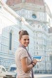 Kvinnaturisten med minnestavlaPC:N som har att gå, turnerar, Florence Arkivfoto