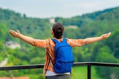 kvinnaturisten med utsträckta armar tycker om frihet Arkivbilder