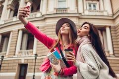 Kvinnaturister som tar gående sight för selfie i Odessa Lyckliga vänhandelsresande som har gyckel arkivbilder