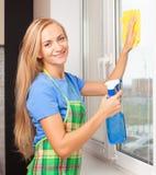 Kvinnatvagningfönster Royaltyfri Fotografi