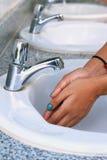 Kvinnatvagninghänder i en vask Royaltyfri Bild