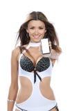 Kvinnauppvisningsskärm av den nya mobila celltelefonen Royaltyfri Foto