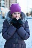 Kvinnauppvärmninghänder på kallt vinterväder Arkivfoto