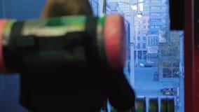 Kvinnautbildning som stansar påsen i konditionstudio lager videofilmer