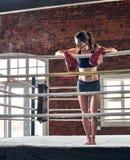 Kvinnautbildningsidrottshall som boxas Muttahida- Majlis-E-Amalcirkelskugga som boxas blandat krigs- a Royaltyfri Fotografi