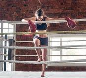 Kvinnautbildningsidrottshall som boxas Muttahida- Majlis-E-Amalcirkelskugga som boxas blandat krigs- a Royaltyfria Foton