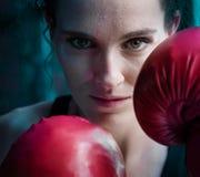 Kvinnautbildningsidrottshall som boxas Muttahida- Majlis-E-Amalcirkelskugga som boxas blandat krigs- a Arkivfoton