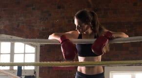 Kvinnautbildningsidrottshall som boxas Muttahida- Majlis-E-Amalcirkelskugga som boxas blandat krigs- a Arkivfoto