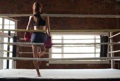Kvinnautbildningsidrottshall som boxas Muttahida- Majlis-E-Amalcirkelskugga som boxas blandat krigs- a Royaltyfri Foto