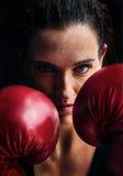 Kvinnautbildningsidrottshall som boxas Muttahida- Majlis-E-Amalcirkelskugga som boxas blandat krigs- a Arkivbilder