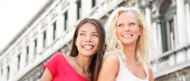 Kvinnavänner som är lyckliga i Venedig Fotografering för Bildbyråer