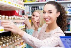 Kvinnavänner som köper doft Royaltyfria Bilder