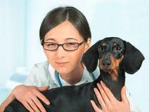 Kvinnaveterinär med hunden Arkivfoto