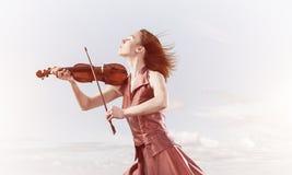 Kvinnaviolinist i den röda klänningen som spelar melodi mot molnig himmel stock illustrationer