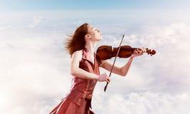 Kvinnaviolinist i den röda klänningen som spelar melodi mot molnig himmel vektor illustrationer