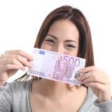 Kvinnavisning en fem hundra eurossedel Arkivfoton