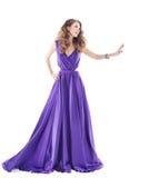 Kvinnavisningannonsering i purpurfärgad siden- klänning över vit bakgrund royaltyfri fotografi