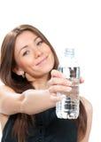 Kvinnavisningen eller att ge sig buteljerar av rent stilla dricksvatten Royaltyfri Foto