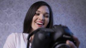 Kvinnavisningfoto p? kamera arkivfilmer