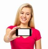 KvinnavisningSmart telefon över vit bakgrund Royaltyfria Bilder