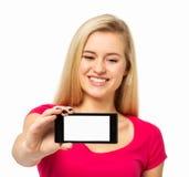 KvinnavisningSmart telefon Arkivfoton