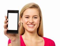 KvinnavisningSmart telefon mot vit bakgrund Royaltyfria Bilder