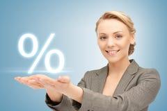 Kvinnavisningtecken av procent i henne händer Royaltyfri Foto