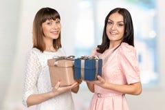 Kvinnavänner som utbyter gåvor Arkivbild