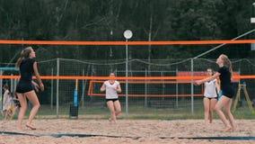 Kvinnavolleybollserve Kvinna som får klar till att tjäna som volleybollen, medan stå på strandultrarapiden lager videofilmer