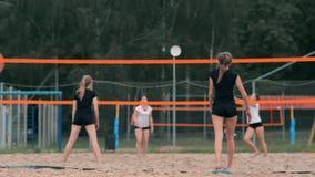 Kvinnavolleybollserve Kvinna som får klar till att tjäna som volleybollen, medan stå på strandultrarapiden stock video
