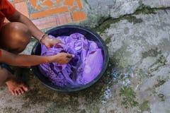 Kvinnawashhänder smutsar ner kläder i handfatsvarten för att rentvå Royaltyfri Bild