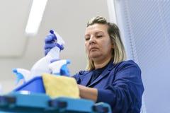 Kvinnaworking som professional rengöringsmedel i regeringsställning Fotografering för Bildbyråer