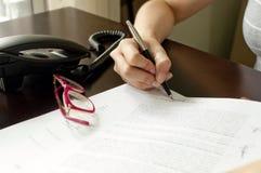 kvinnawriting arkivbild