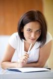 Kvinnawriting på anteckningsboken som hemma gör listan Fotografering för Bildbyråer