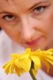 kvinnayellow för blomma s Fotografering för Bildbyråer