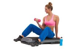 Kvinnlig övning på aerobiskt moment med handvikter Arkivbild