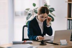Kvinnlig advokat på arbetsplatsen fotografering för bildbyråer