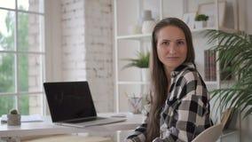 Kvinnlig advokatföretagsägareadvokat som poserar för foto i hemtrevligt kontor stock video