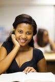 Kvinnlig afrikansk amerikanhögskolestudent royaltyfria bilder