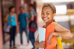 Kvinnlig afrikansk amerikanhögskolestudent arkivfoton